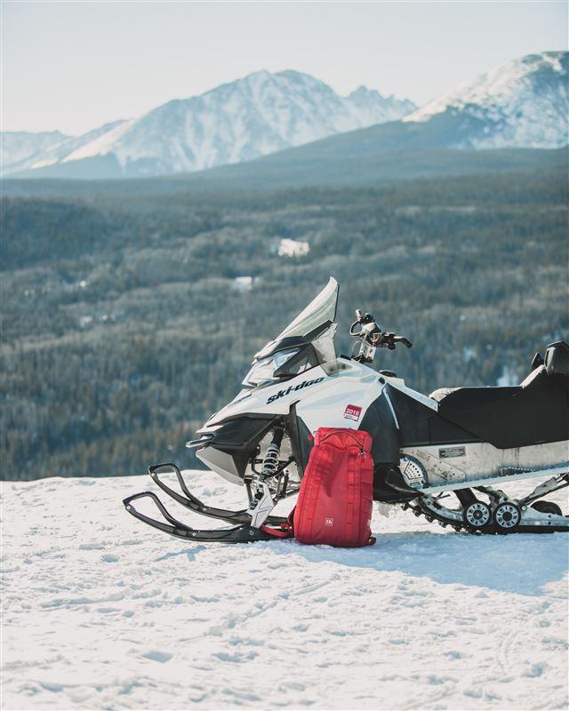 En parkeret snescooter i vildmarken