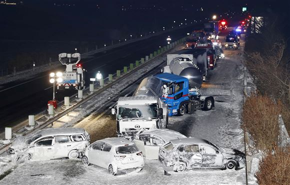 Masser af forulykkede biler på en motorvej