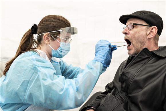 Læge tager mundskrab fra mand