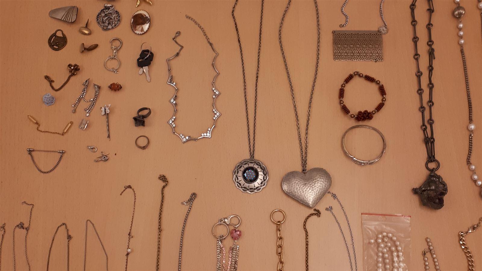 billede af en række smykker
