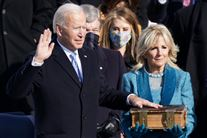joe biden ses under ceremonien