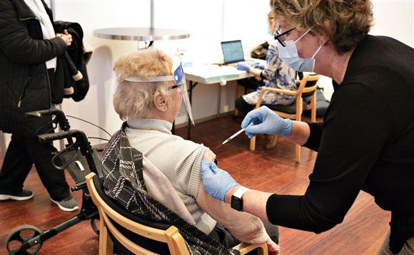 ældre borger bliver vaccineret