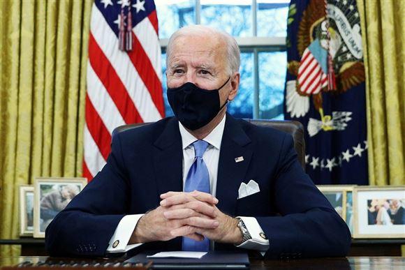 Joe Binden i det ovale kontor med mundbind på