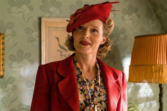 Mille Lehfeldt i kostume med rød jakke og rød damehat
