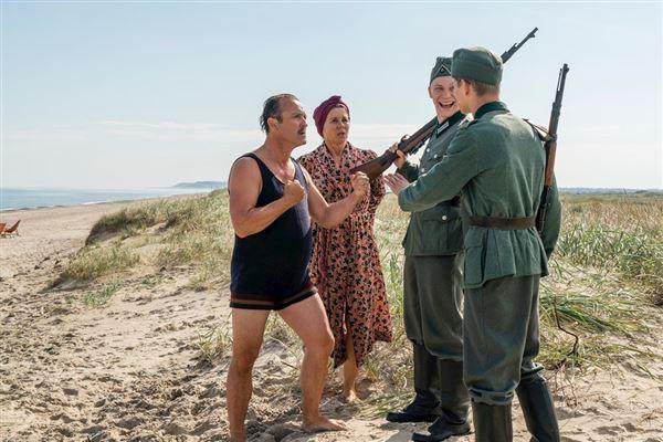 Billede fra en scene i serien, hvor grosserer Madsen lægger sig ud med to tyske soldater