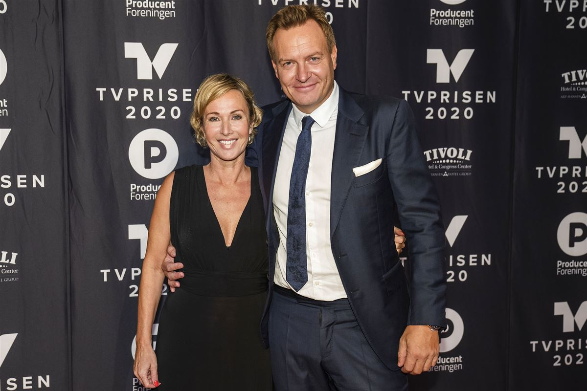 Natasja Crone i nedringet sort gallakjole sammen med Rasmus Tantholdt til en premiere.