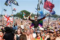 Glade mennsker på festival.