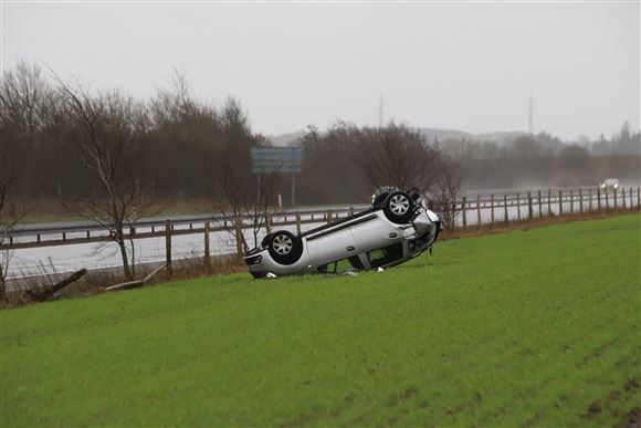 Alvorlig motorvejsulykke: Bil endte på mark