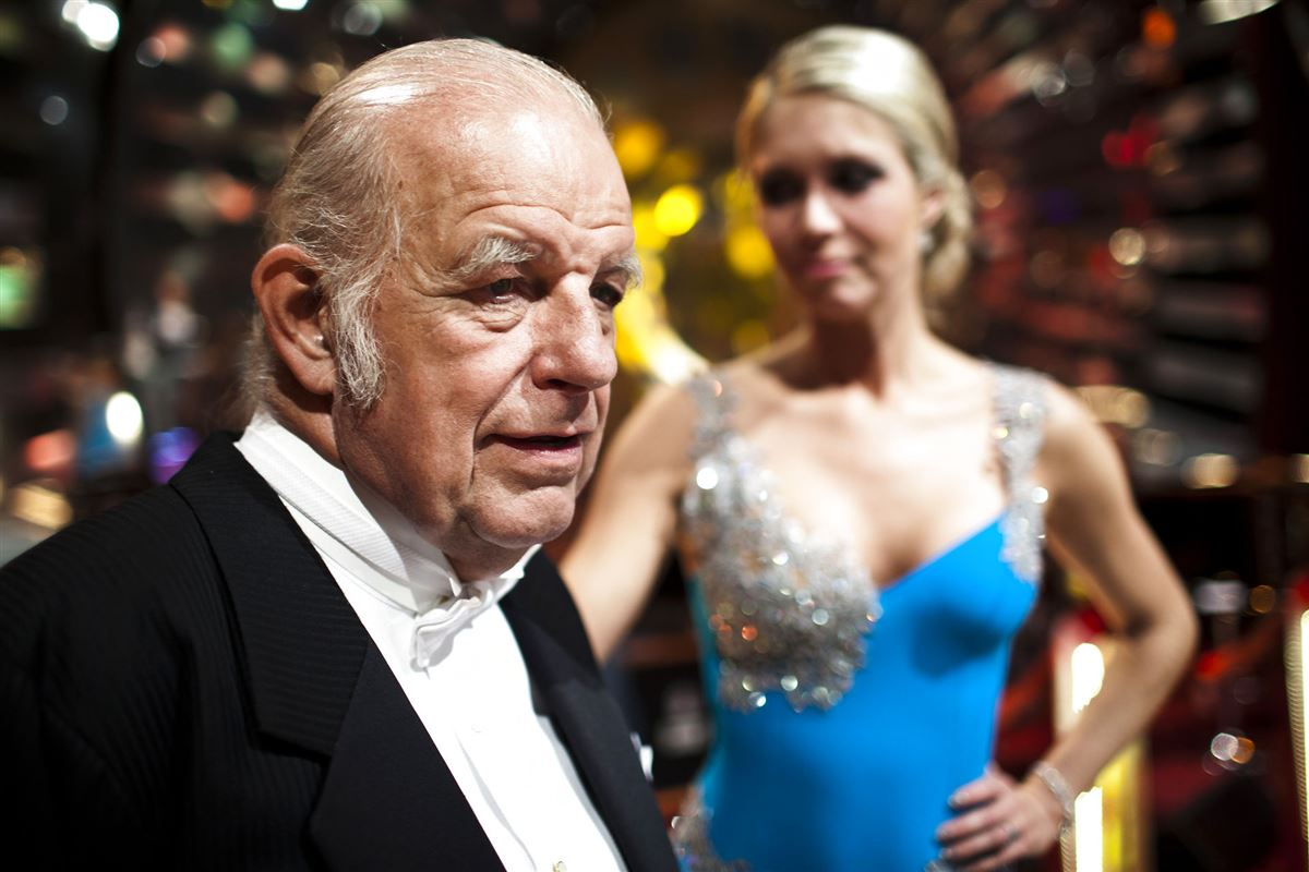Kurt Thyboe med Karina Frimodt i baggrunden