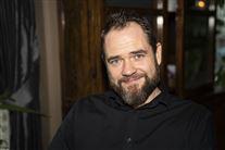 skuespilleren Esben Dalgaard smiler