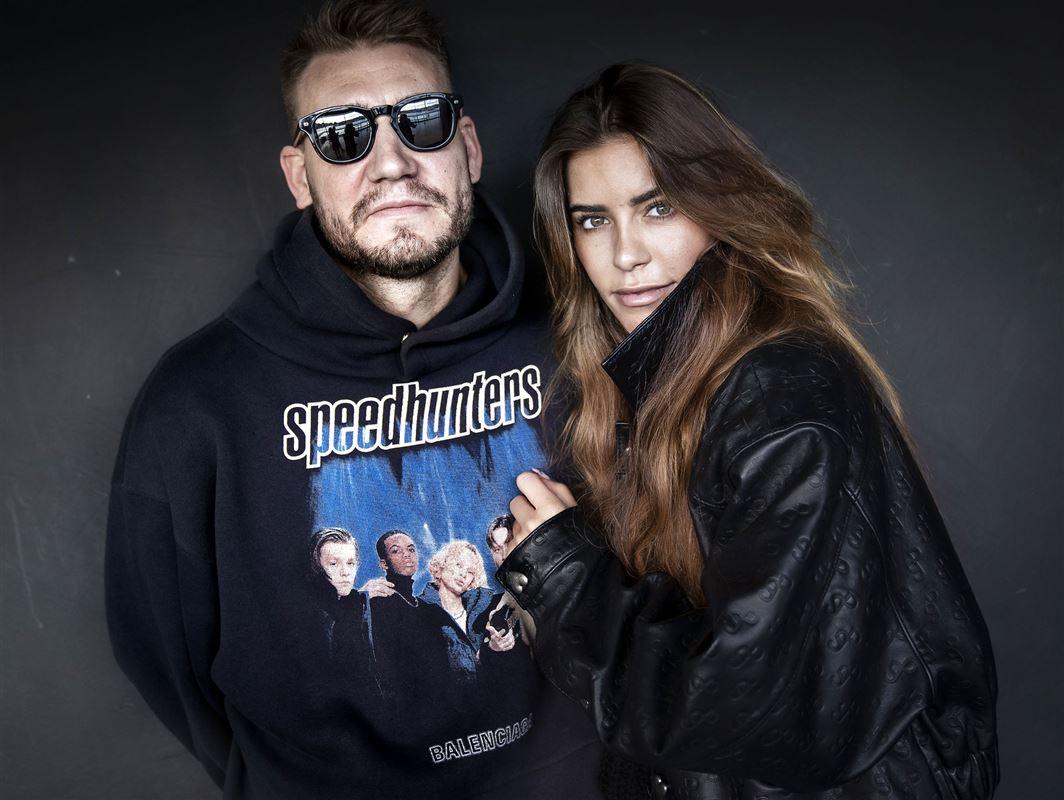 Portræt af Nicklas Bendtner og hans kæreste Philine. Bendtner har solbriller på.
