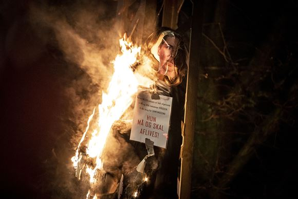 Den brændende dukke  med statsministerens hoved på.