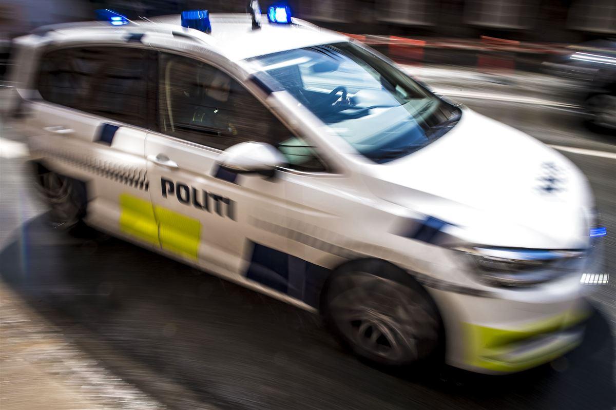 En politibil i bevægelse.