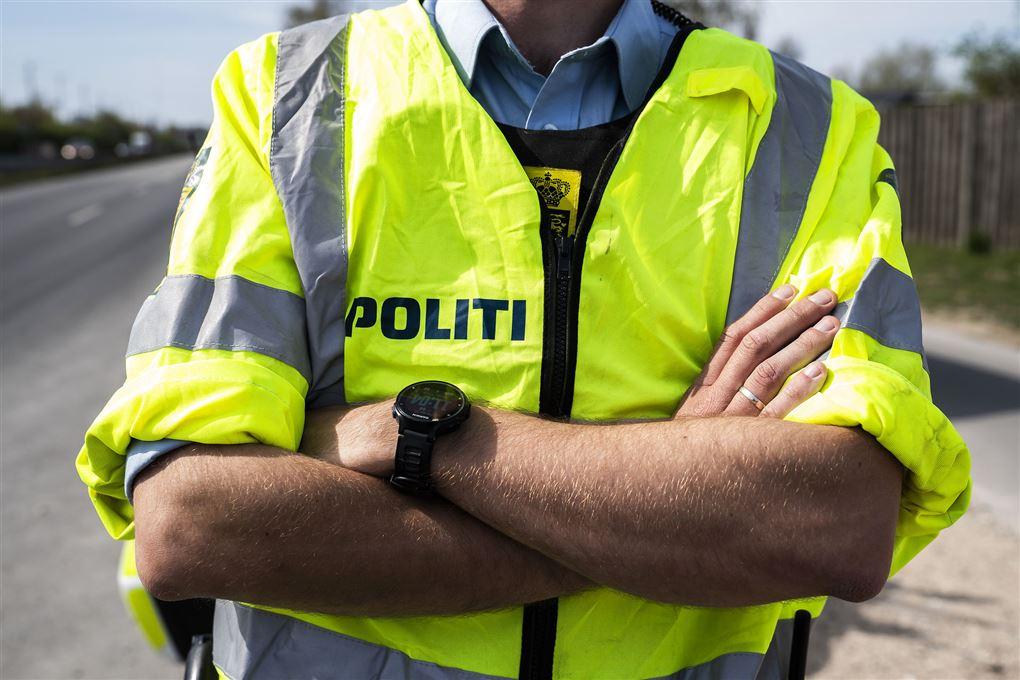 billede af politibetjent med armene over kors