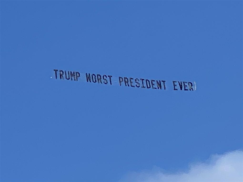 billede af banner der håner Trump