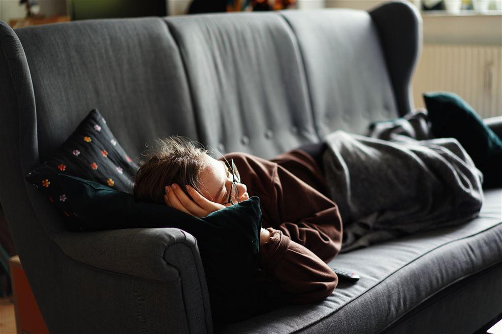 mand sover lur på sofa