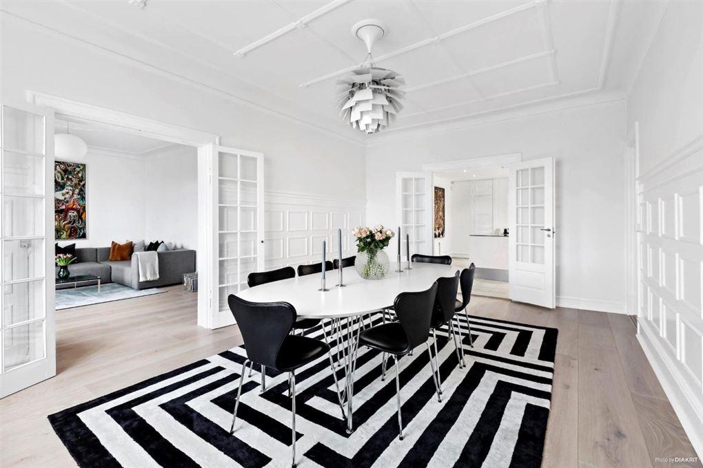 stue i lejlighed med sort-hvidt stribet tæppe på gulvet