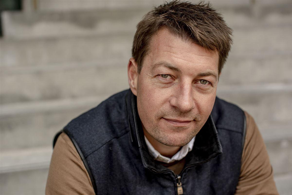 Portræt af Morten Ankerdal. Han kigger direkte ind i kameraet.