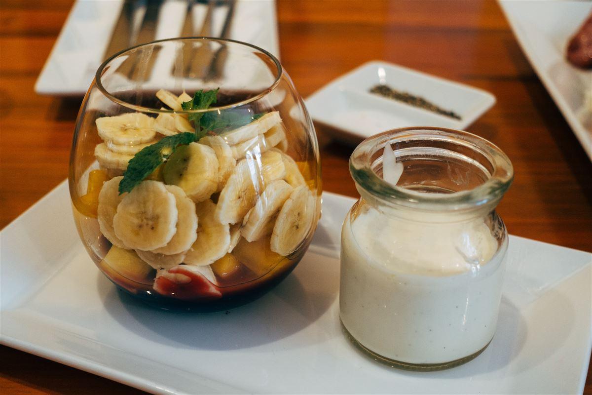 En skål med Skyr og en med bananstykker