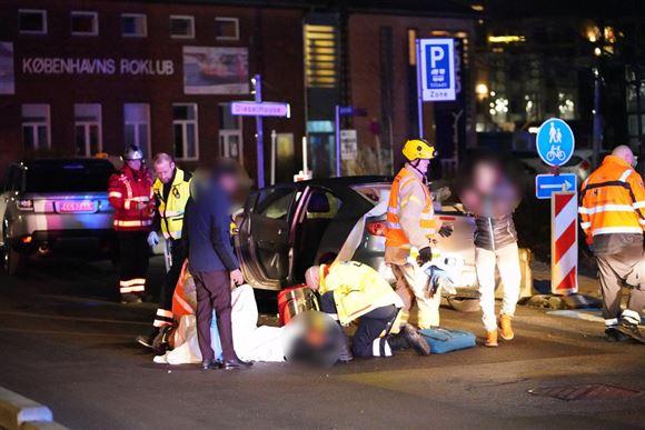 Politi og reddere ved en smadret bil