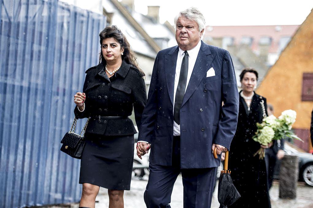 Christian Kjær og hans kone Susan Astani på vej til bisættelse med mørk tøj og alvorlige miner.