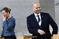 En smilende Søren Pape ved siden af Mette Frederiksen, som tørrer øjnene