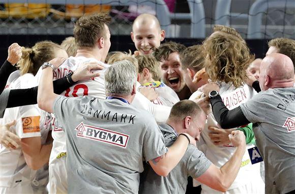 danske håndboldspillere jubler i en stor klump