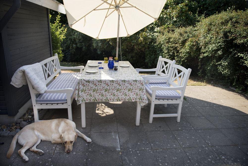 Havemøbler og en parasol på terrassen