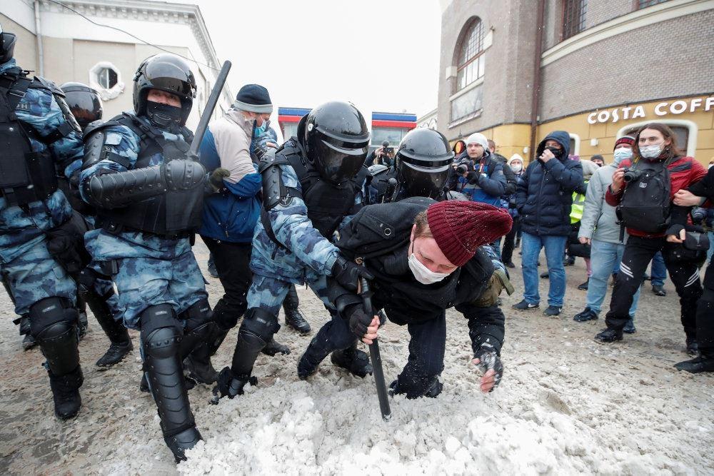 Demonstranter og polkiti slås