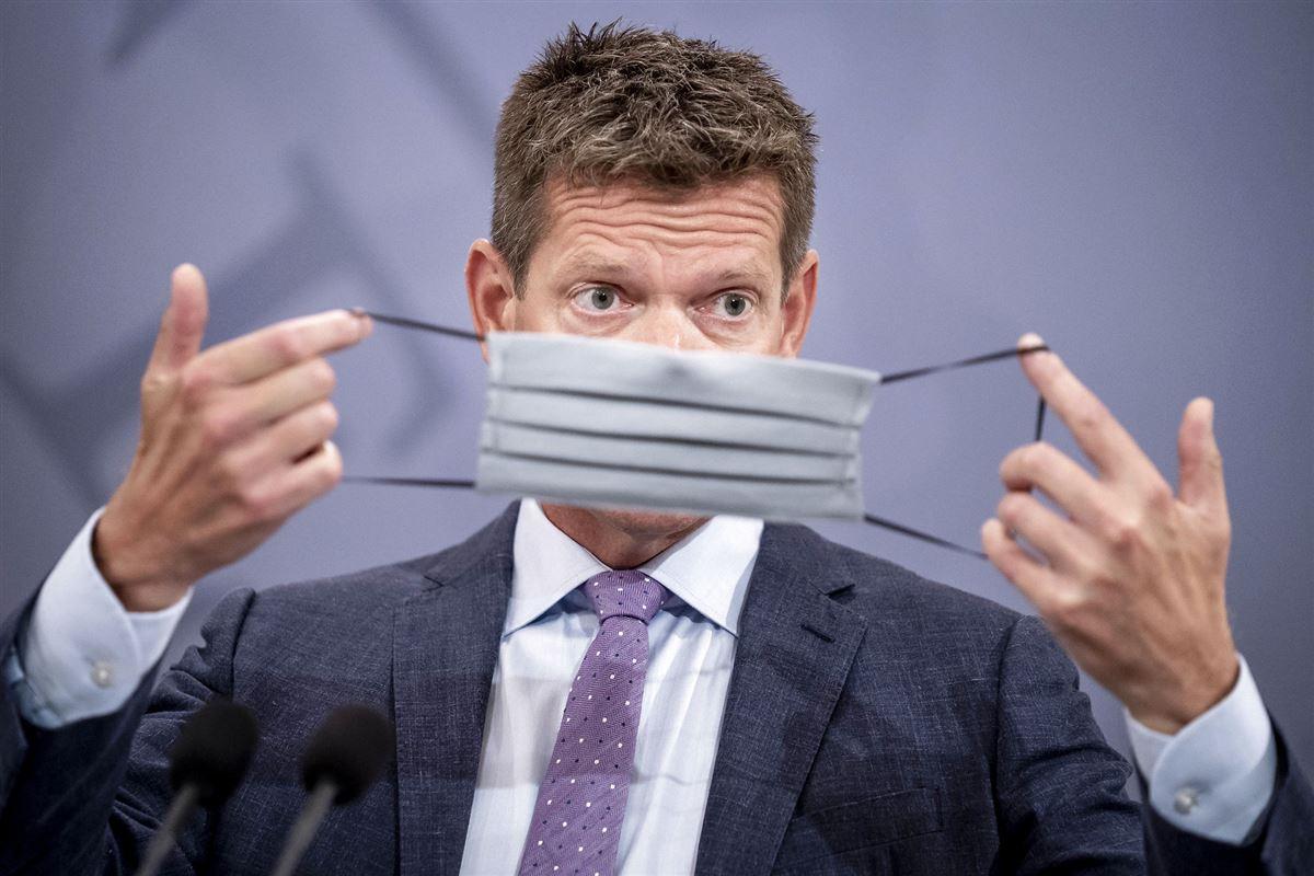 Søren Brostrøm tager et mundbind på