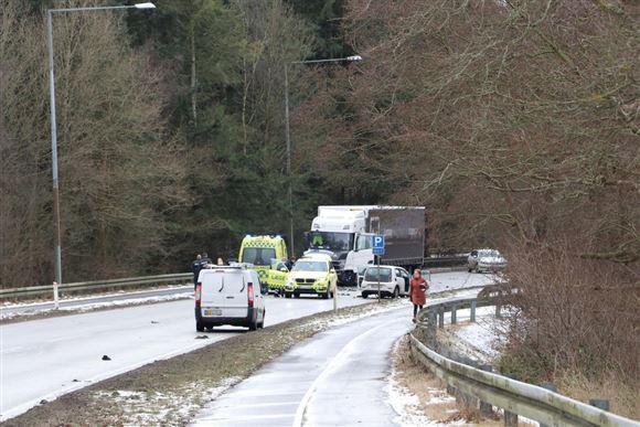 Biler og udrykningskøretøjer spærrer en vej