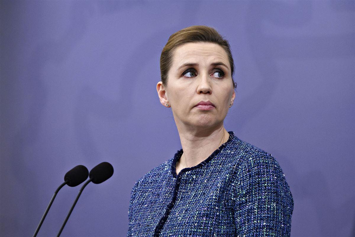 Mette Frederiksen står foran to mikrofoner på pressemøde