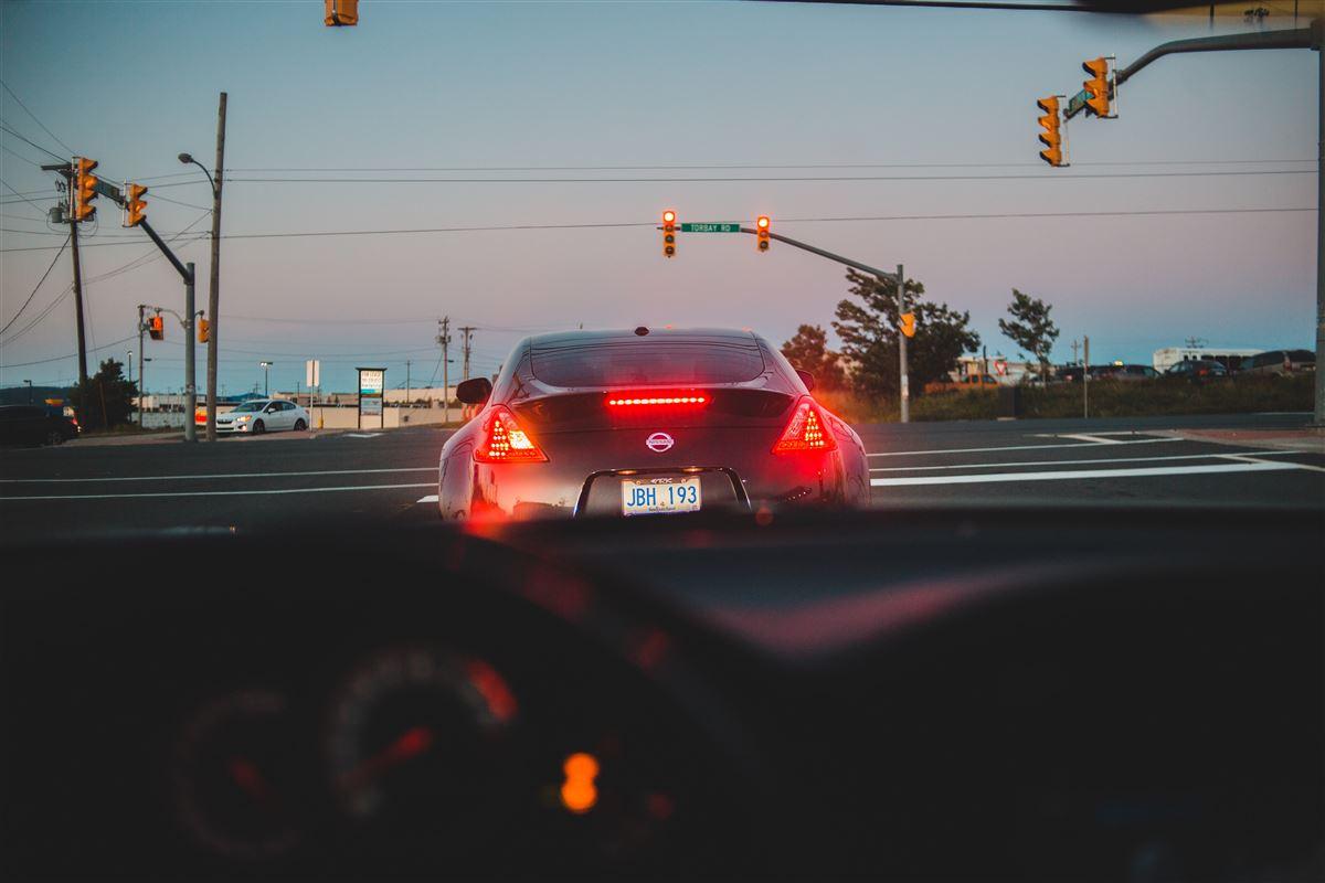 Biler holder i kø ved aftentide