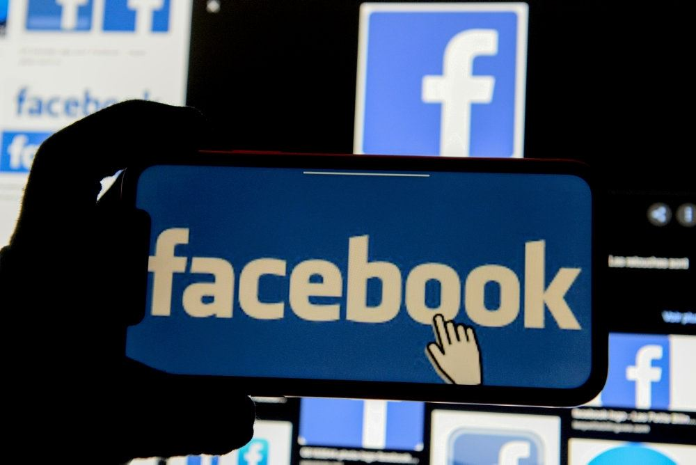 Facebooks blå logo på en mobiltelefon.