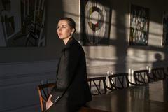 Statsminister Mette Frederiksen sidder på bordkant