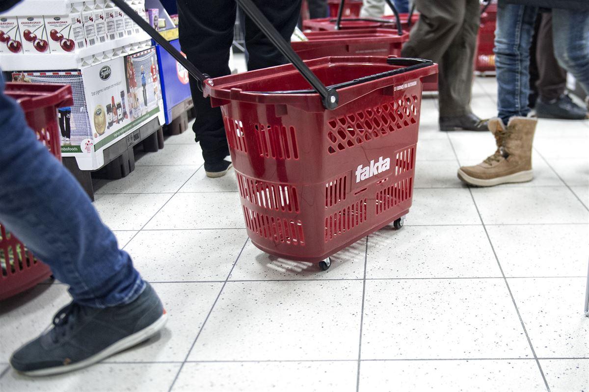 En indkøbskurve p hjul med Faktas-logo på.