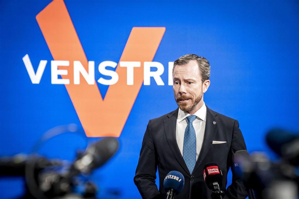 Venstres formand Jakob Ellemann Jensen taler foran venstre-logo
