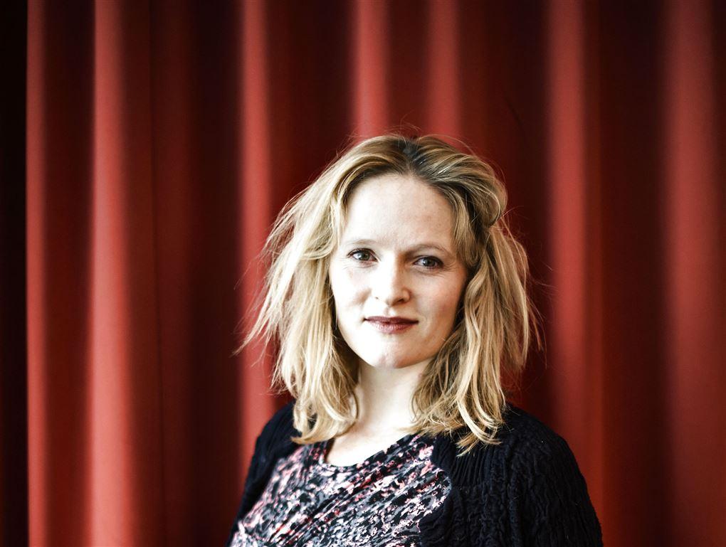 skuespilleren mille lehfeldt poserer foran teatertæppe