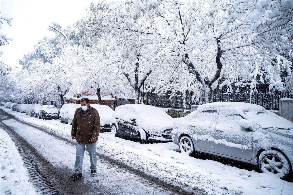 Snedækkede biler på en gade i Athen