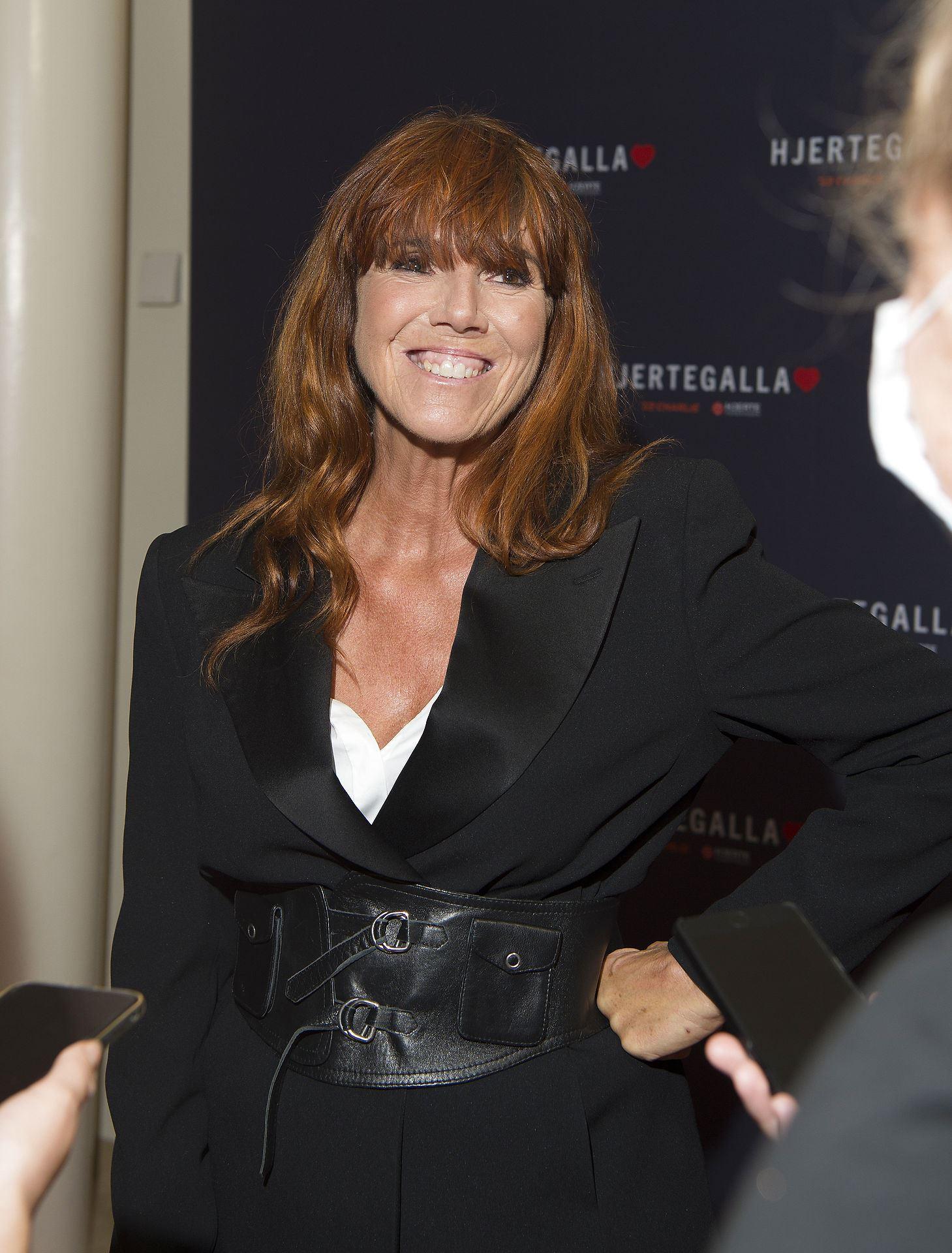 Billede af smilende Hanne Boel med rødt hår