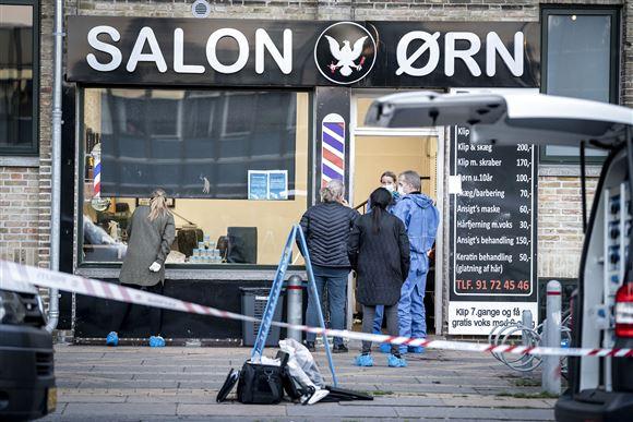 En frisørsalon er afspærret af politiet