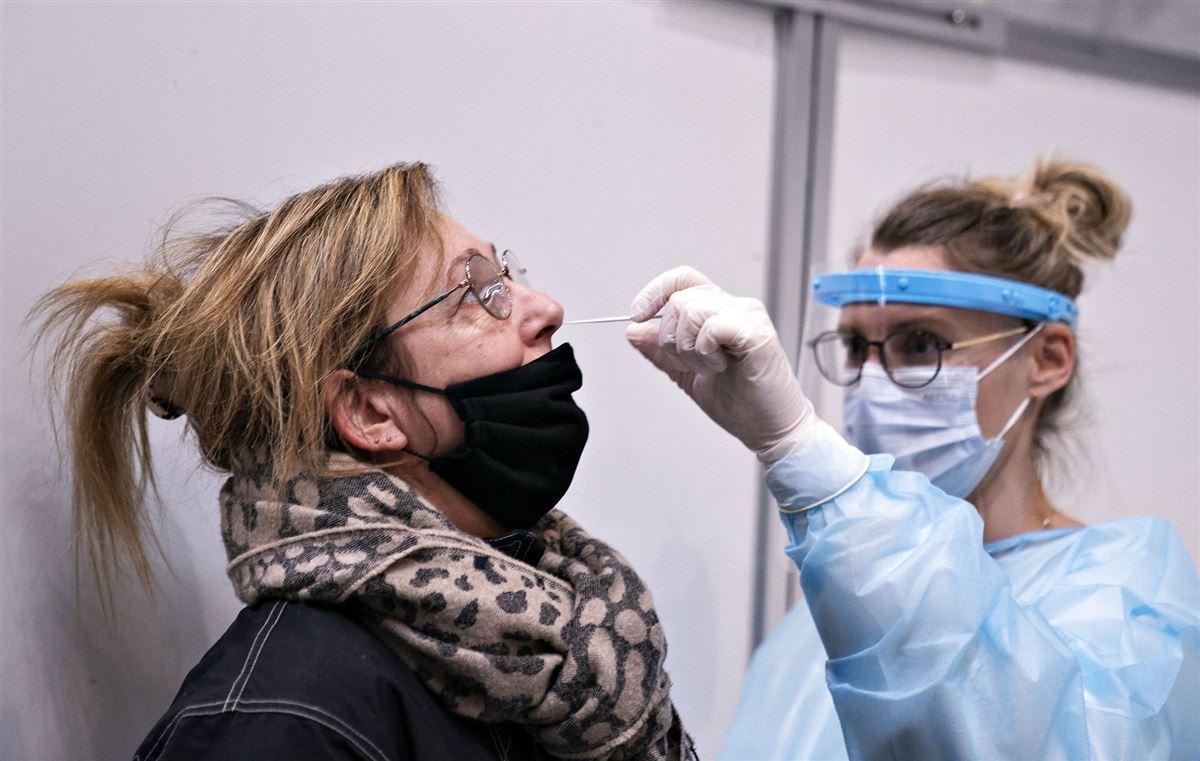 kvinde testes med podepind i næsen