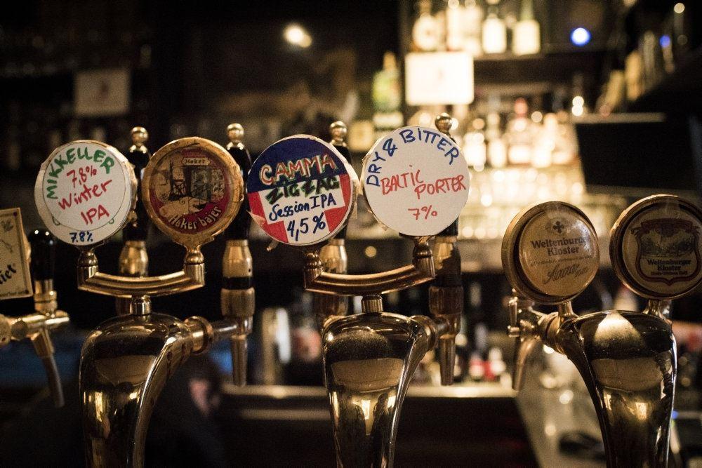 billede af ølhaner på en bar