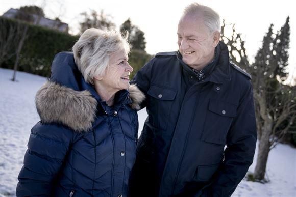 Keld og Hilda Heick står i haven