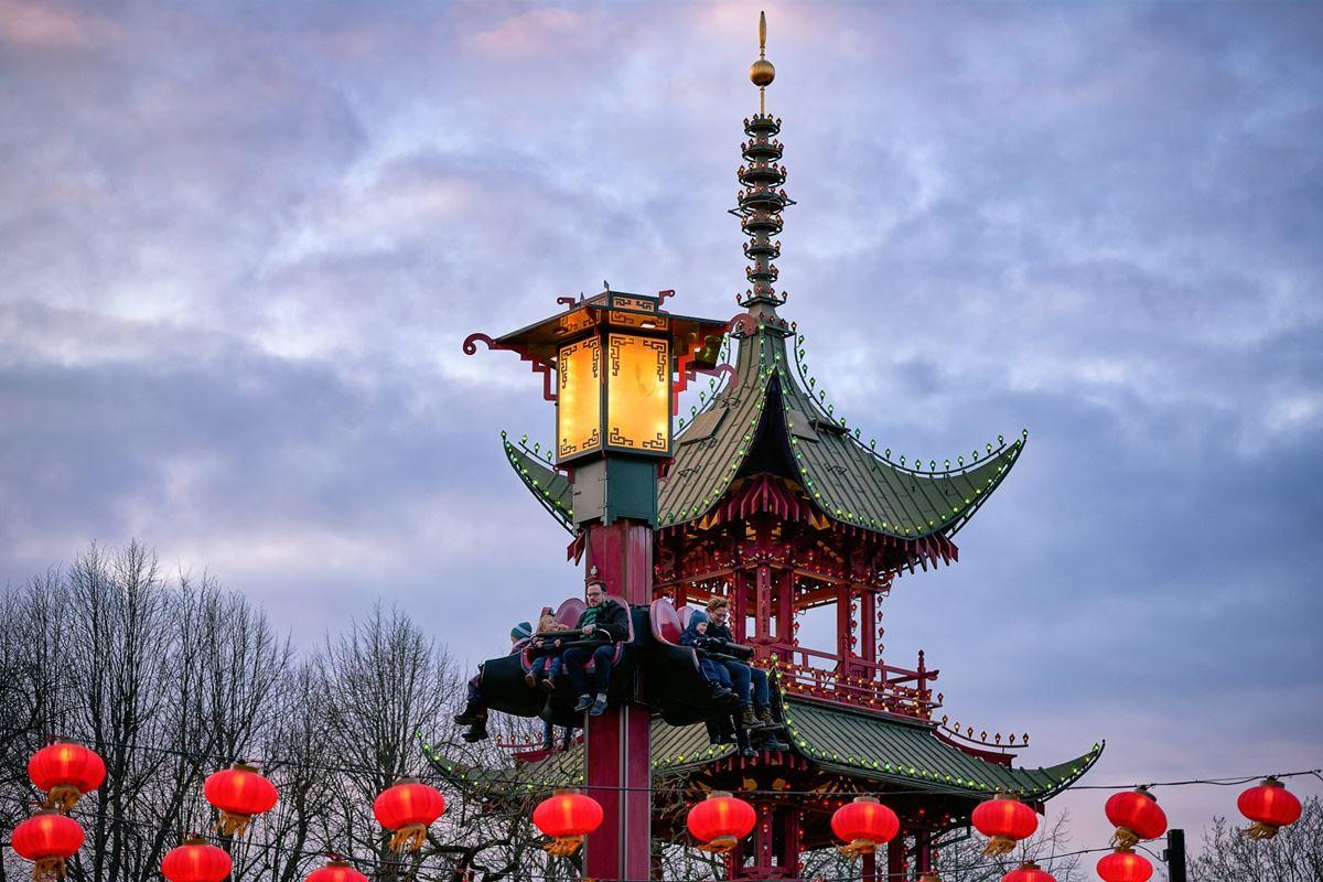 det japanske tårn i tivoli med lygtepæl i forgrunden
