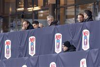 Billedet af Thomas Helmig og hans søn på stadion under kampen. Der er næsten ingen andre tilskuere til stede.