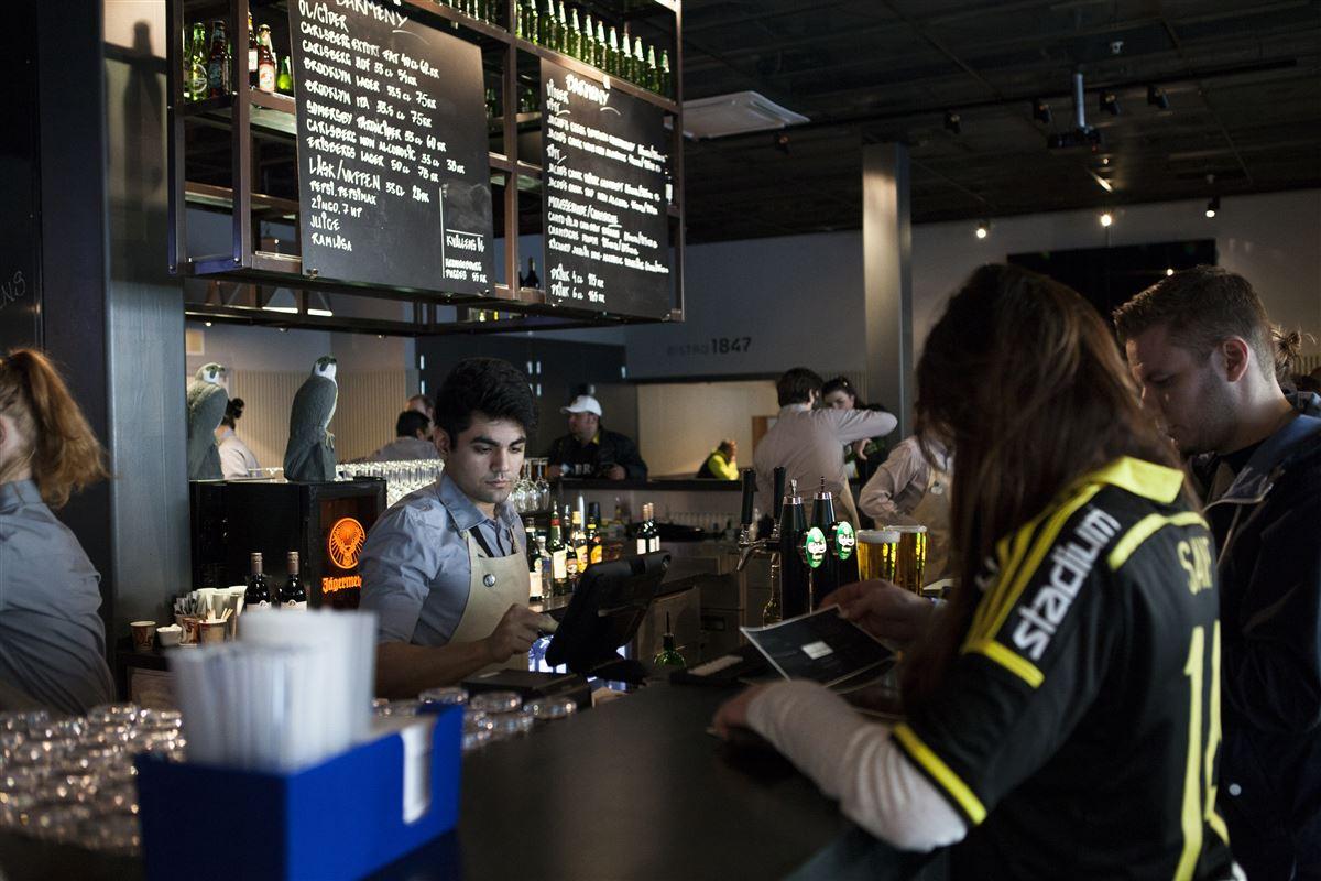 En bar med mange mennesker