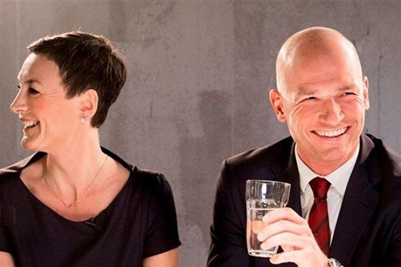 Janni Pedersen og Laasse Sjørslev er ved at flække af grin.