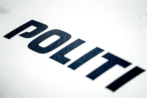 Politiets logo formodentlig fra kølerhjelmen af en bil.