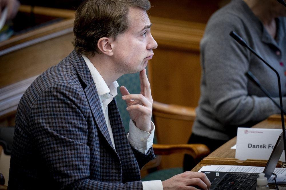 df-politikeren Morten Messerschmidt sidder med fingeren under hagen